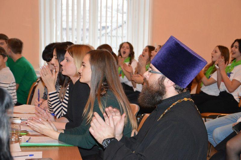 Благочинный Каменск-Шахтинского округа иерей Александр Теличкин принял участие в слете волонтерских движений общеобразовательных школ города