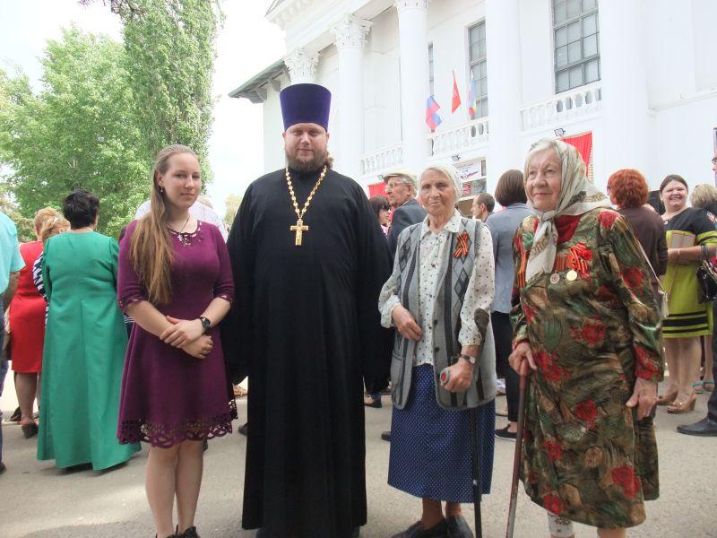 В г. Каменск-Шахтинском мкр. Заводской поздравили ветеранов
