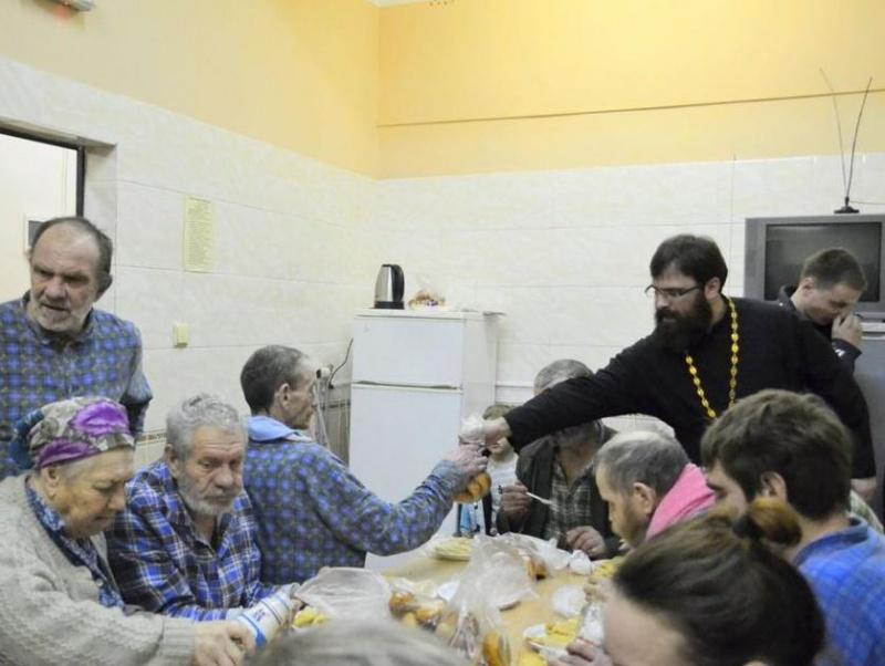 В первый день Сырной седмицы священник с прихожанами посетили бездомных