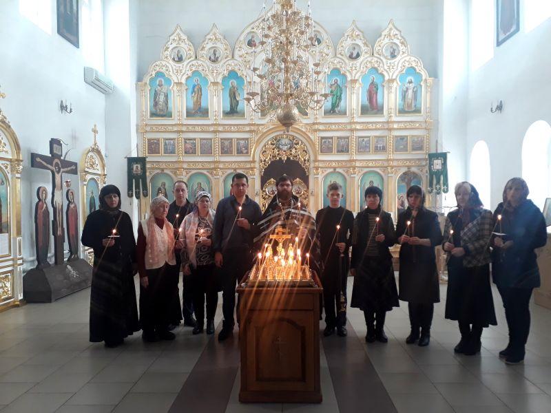 27 марта в Троицком храме Каменск-Шахтинского благочиния вознесли молитву о погибших в городе Кемерове
