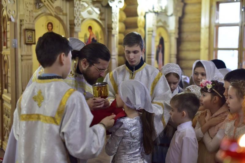 В храме Всех святых, в земле Русской просиявших, г. Каменска-Шахтинский прошла Литургия, в которой почти все послушания были распределены между воспитанниками воскресной школы
