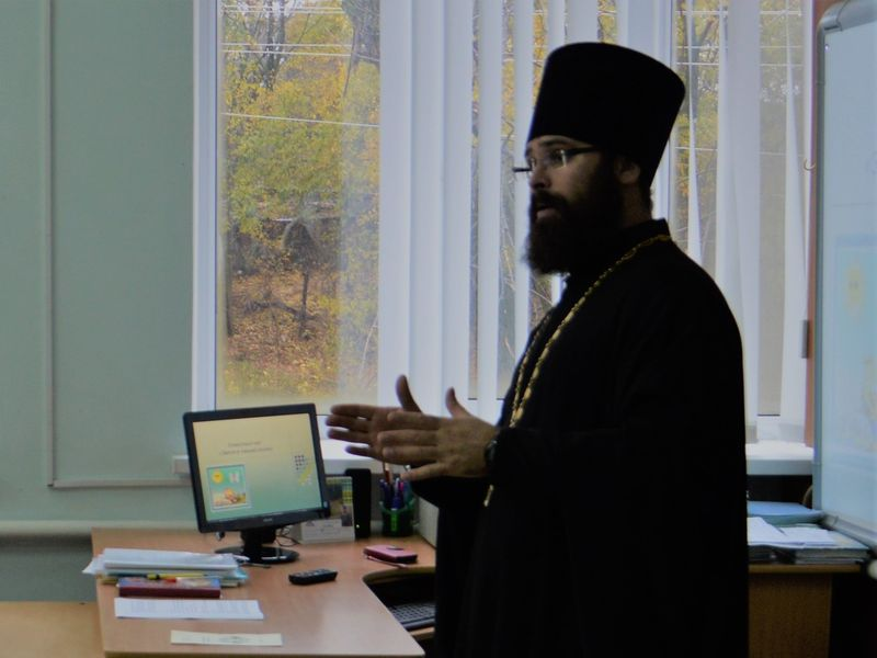 Священник провел беседу с учащимися выпускного класса